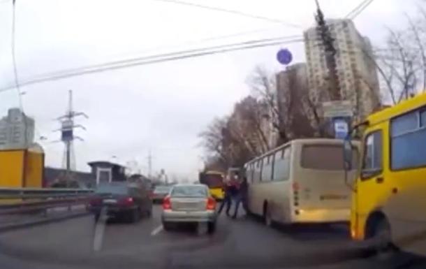 Драка водителей киевских маршруток попала на видео