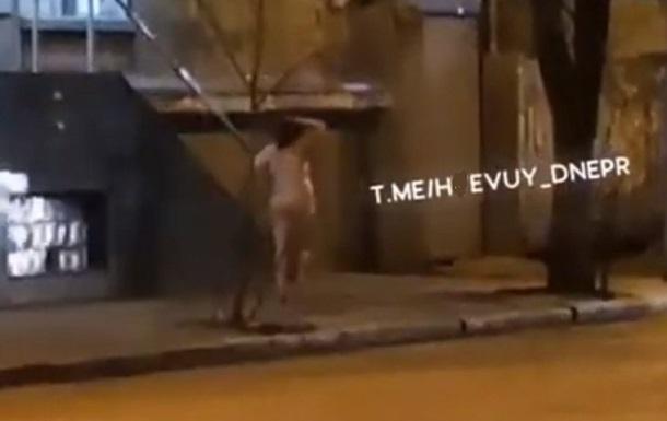 По Днепру 8 марта гуляла голая женщина