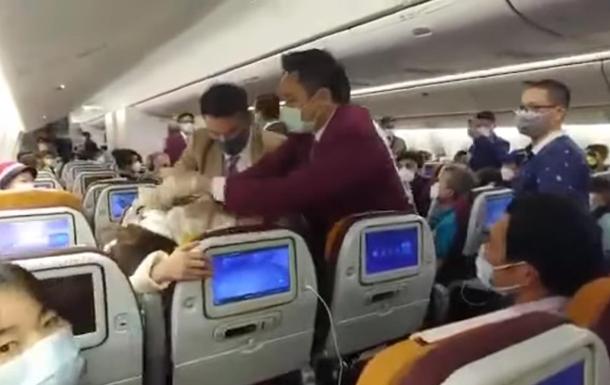 Китаянка умышленно кашляла в самолете и спровоцировала драку