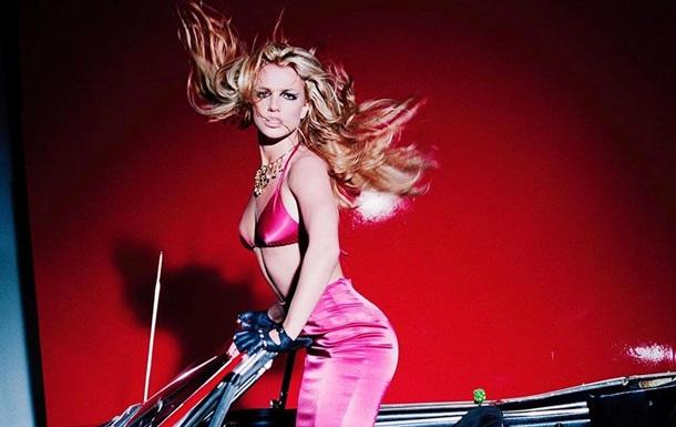Бритни Спирс примерила колье на голое тело