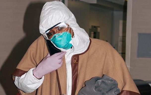 Наоми Кэмпбелл надела защитный костюм в аэропорт