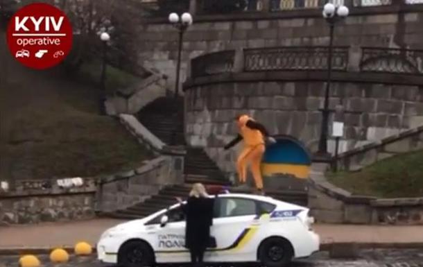 В Киеве продолжают бегать по крышам авто