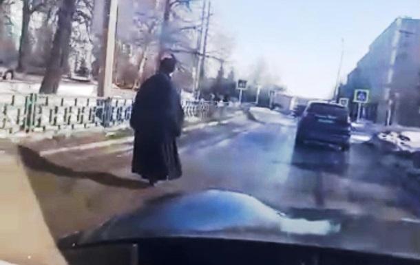Священник на моноколесе взорвал сеть: фото, видео