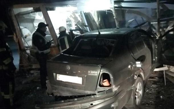 В Днепропетровской области авто въехало в магазин, есть пострадавшие