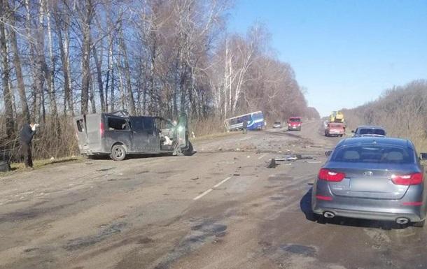 В Сумской области автобус столкнулся с легковушкой: трое погибших