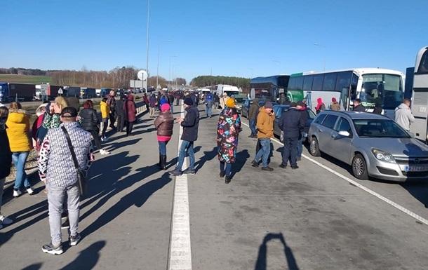 Украина отправляет в Польшу автобусы за пешими туристами