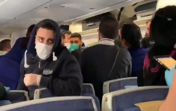 У літаку побили пасажирів за те, що ті чхали