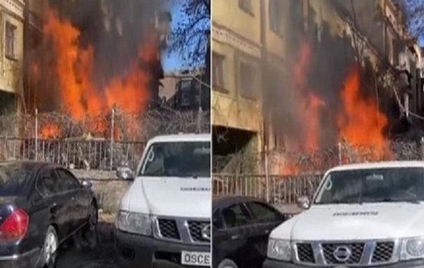 Пожежа в Києві: люди допомагають рятувати автомобілі