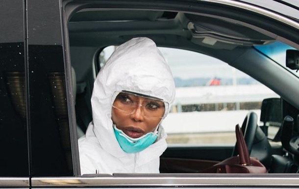Наоми Кэмпбелл выбросила манто после авиаперелета из-за COVID-19: фото