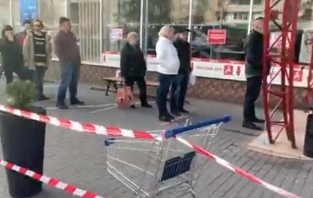 В Ужгороде людей в магазин пропускают по очереди