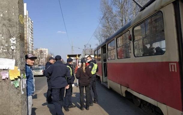 В Киеве возник затор из-за более десяти человек в салоне трамвая