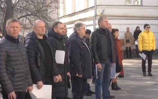 Міськрада Полтави провела сесію на вулиці через загрозу коронавірусу