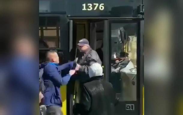 В Киеве пассажир вытащил из автобуса водителя