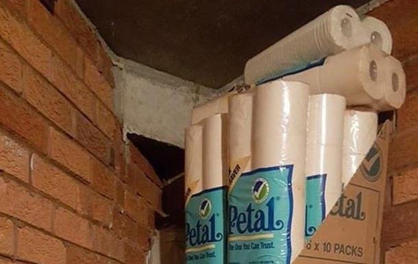Мужчина нашел в кладовке сотни рулонов туалетной бумаги