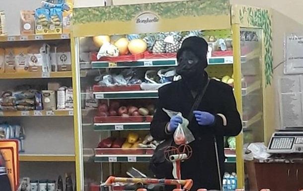 Покупатель в маске чумного врача позабавил соцсети