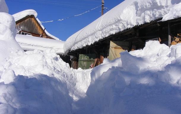 На видео показали метровый снег в Карпатах