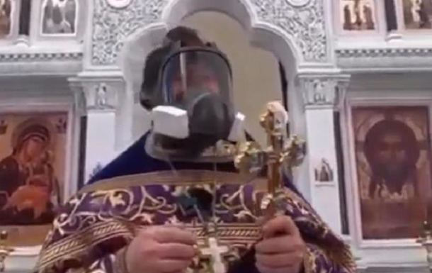 Священник насмешил прихожан и соцсети противогазом