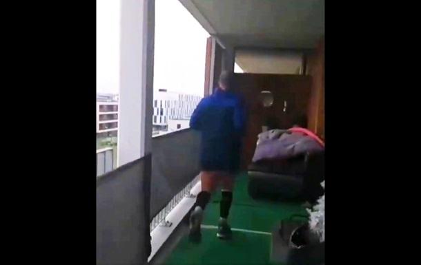Находящийся на карантине мужчина пробежал марафон на своем балконе