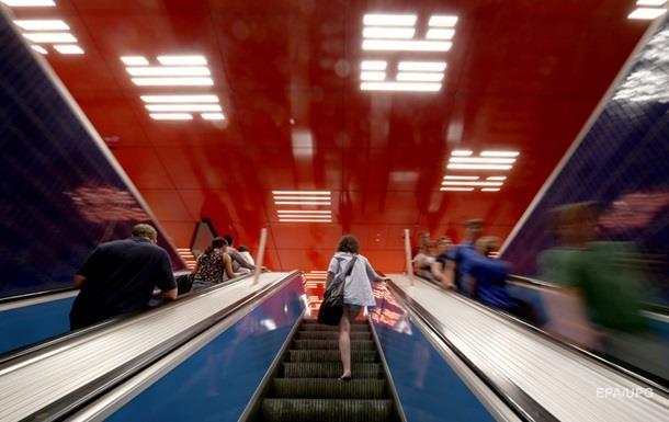 В Мюнхене задержали мужчину, который облизывал поручни в метро