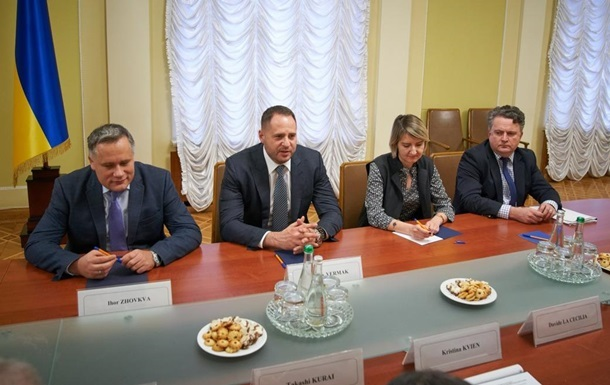 Київ просить у G7 медобладнання через пандемію