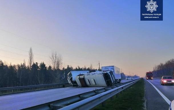 На трассе Киев-Одесса грузовик протаранил автобусы: двое погибших
