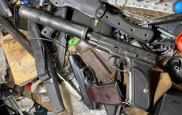 У Києві чоловік зберігав арсенал зброї в гаражі