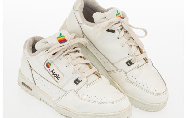 Старые кроссовки сотрудника Apple продали почти за $10 тысяч: фото