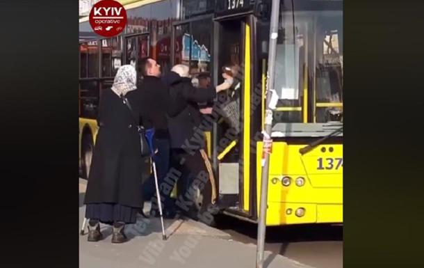 В Киеве пенсионера без пропуска вытащили из троллейбуса