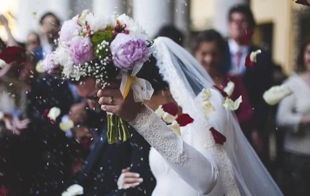 В сети высмеяли наряды женящихся в пандемию пар