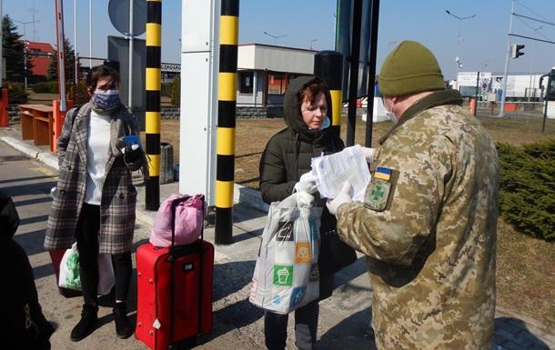 Тысячи украинцев пешком возвращаются из Польши