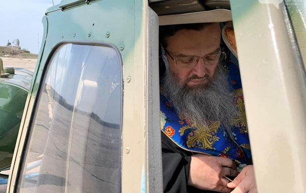В Запорожье священники на вертолете молились за избавление от коронавируса