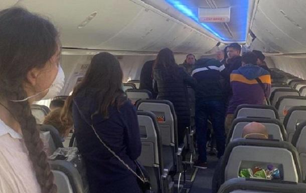 У Борисполі 50 пасажирів відмовляються від обсервації, їх тримають у літаку
