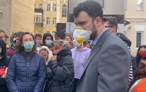 У київський готель до евакуйованих туристів приїхав міністр