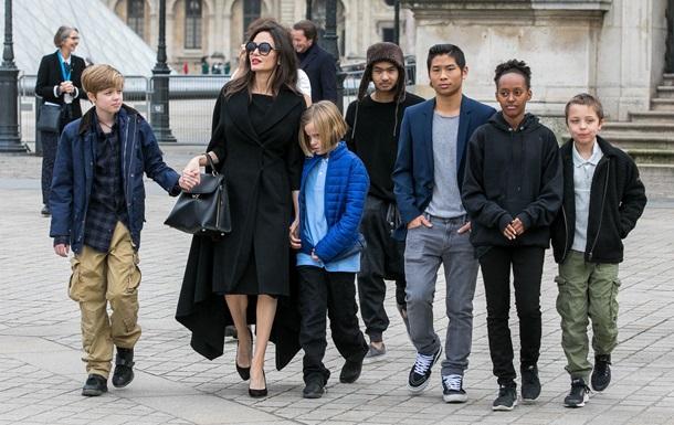 Дети Анджелины Джоли и Брэда Питта нарушают карантин