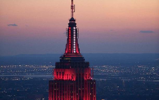 Небоскреб Нью-Йорка подсветили в честь медиков