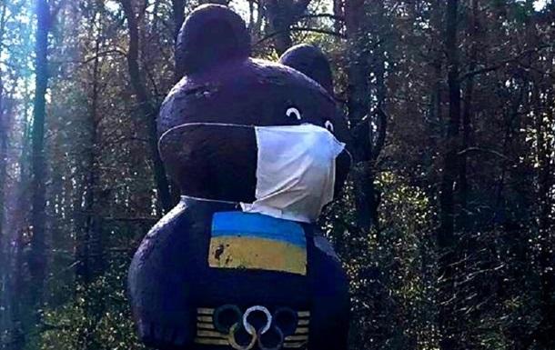 На в їзді до Києва Олімпійський ведмедик  надів  медичну маску