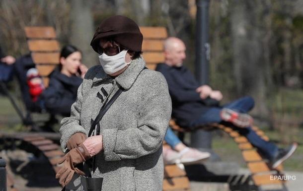 Треть украинцев ежедневно выходят из дома - опрос