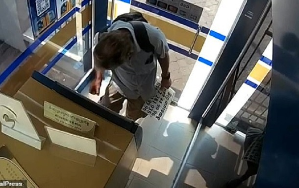 Туриста заарештували через обслинену банкноту