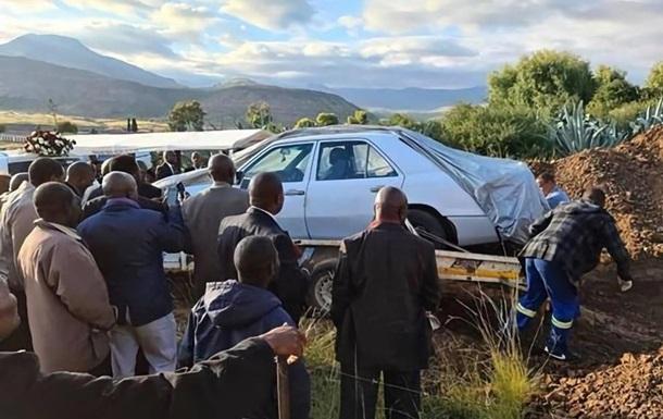 В Африке политика похоронили с его любимым авто: фото
