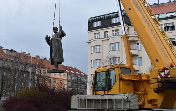 У нього не було маски: в Празі знесли радянський пам ятник