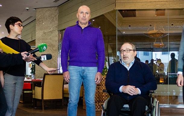 В Харькове Кернес и Ярославский раздают пенсионерам пайки и аптечки