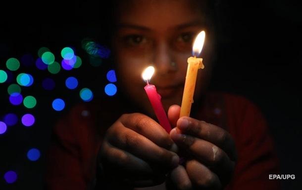 Миллионы индийцев зажгли светильники в знак единства в борьбе с COVID-19