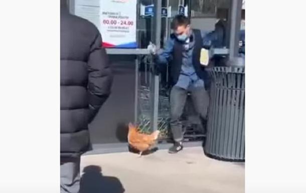 Карантин: чоловік на повідку вигулював курку
