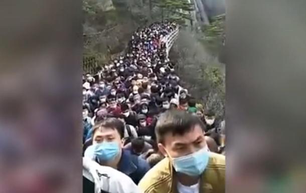 Тисячі китайців після карантину застрягли на горі