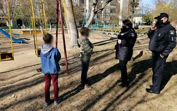 У Херсонській області діти самі грали біля під їзду: їх батьків оштрафували