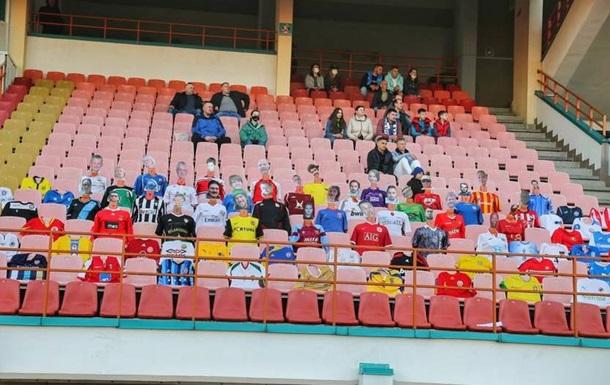 В Беларуси в футбол играют с манекенами на трибунах