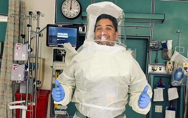 Врач нашел способ улыбаться пациентам, не снимая маску