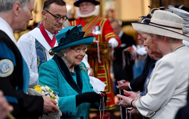 Елизавета II раздала британцам милостыню по почте из-за коронавируса