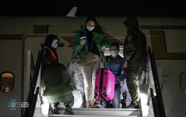 В Киев из ОАЭ прибыл самолет со 113 украинцами и гуманитаркой