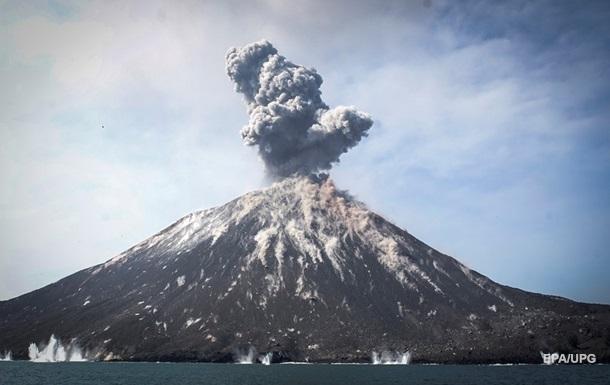 Извержение вулкана Анак-Кракатау попало на видео